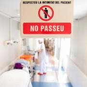 L'atenció a pacients COVID-19 que es fa a Urgències i a la Unitat de crítics de cardiologia de l'Hospital Clínic de Barcelona.   pacients COVID-19. Coronavirus, EPI protecció FOTOS: Francisco Àvia Hospital Clínic recurs privacitat pacient metge seguretat prohibit pas Foto: Francisco Àvia Hospital Clínic